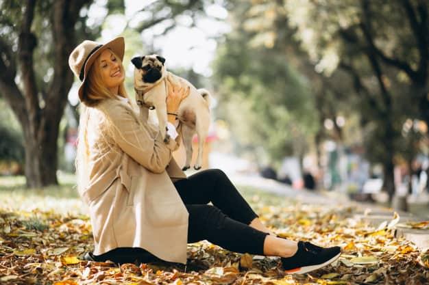 Mulher segurando um Pug