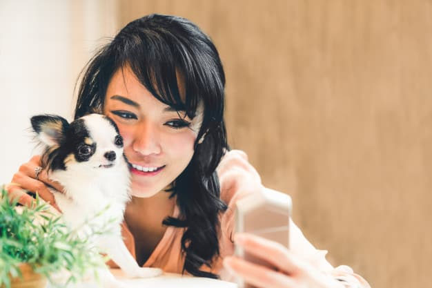 Mulher tirando foto com o cachorro