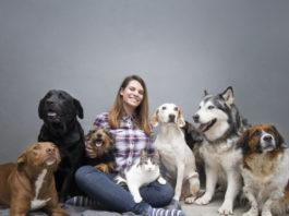 mulher com vários cachorro e um gato escolhendo o nome de cachorro para cada um deles